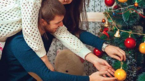 Adornar el arbol navideño
