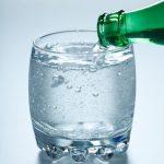 Los beneficios de beber agua con gas y contraindicaciones