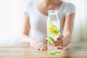 5 beneficios de tomar agua con limón y pepino todas las mañanas