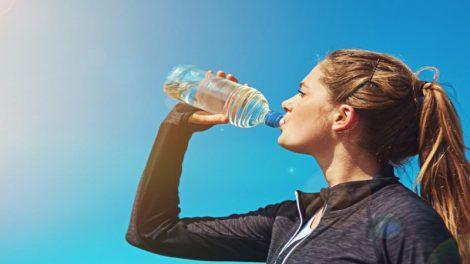 Beber agua durante la práctica deportiva