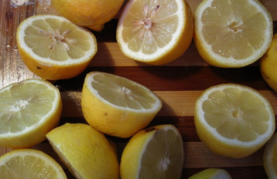 Agua con limón tibia