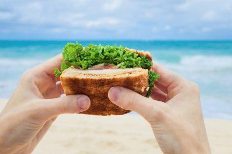 Alimentos para los días de playa: bocadillos y sándwiches