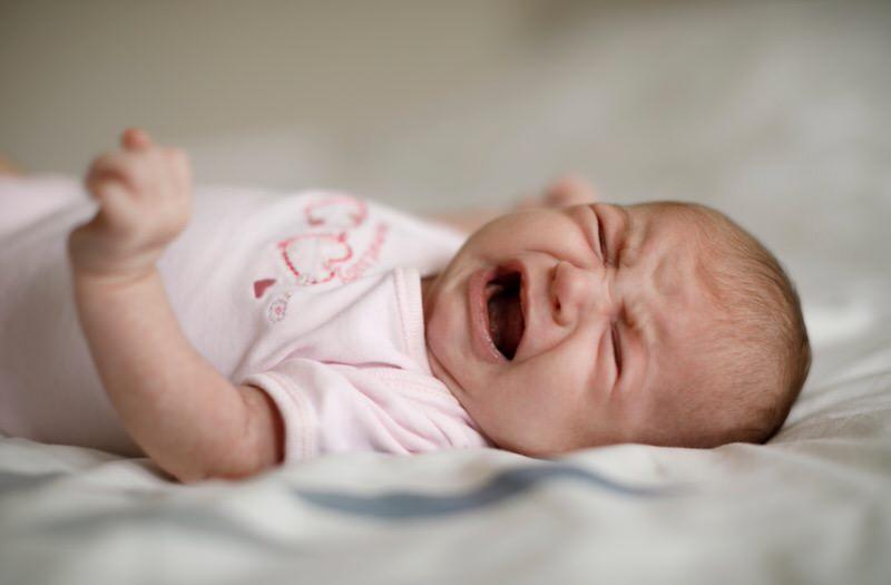 Cómo aliviar los síntomas del reflujo en bebés