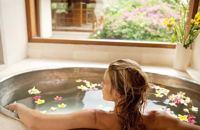 Cómo darte en casa baños drenantes y relajantes