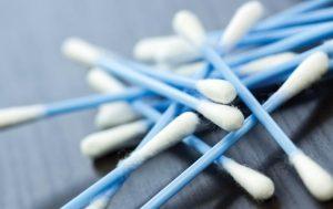 Por qué no es bueno usar bastoncillos para limpiarte los oídos