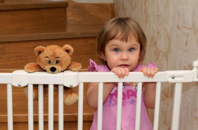bebe-valla-escaleras