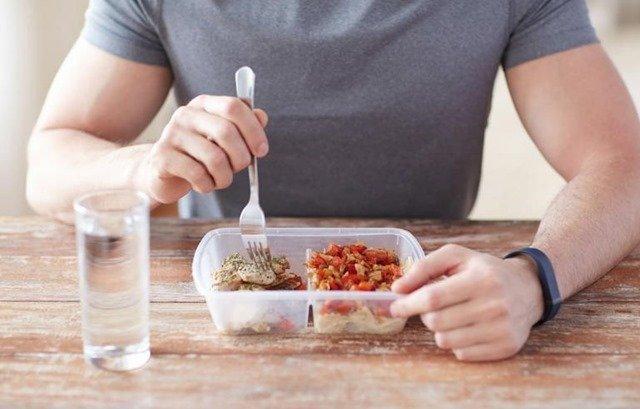 Por qué beber agua junto con la comida no engorda
