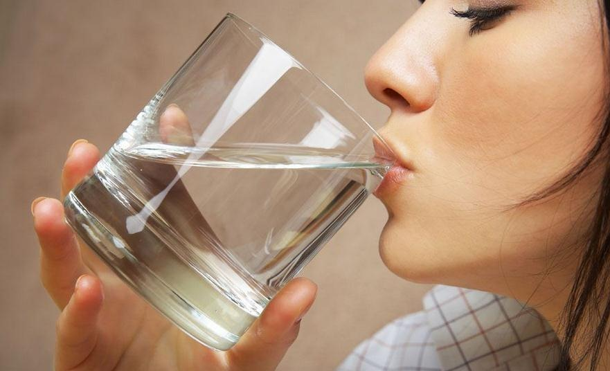 Beneficios de beber agua por la mañana