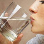Los beneficios de beber agua después de levantarse