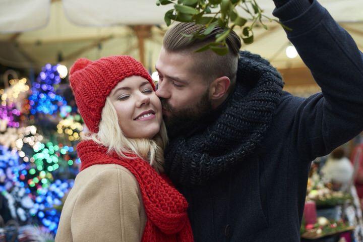 Beso bajo el muérdago de Navidad