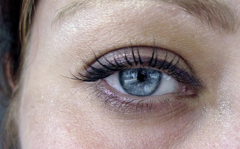 Tratar las bolsas de los ojos naturalmente