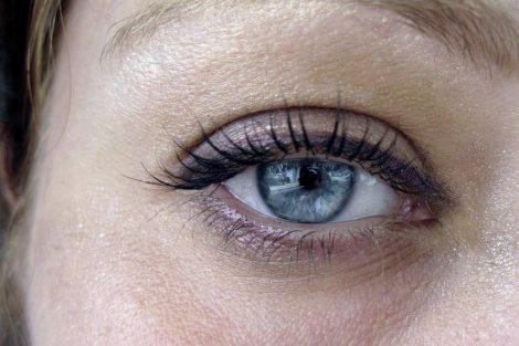 Cómo tratar las bolsas de los ojos naturalmente