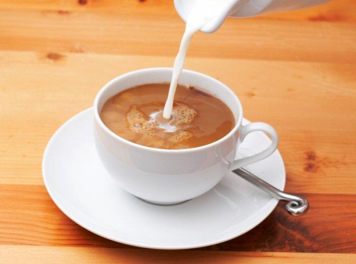 ¿La leche disminuye la cafeína?