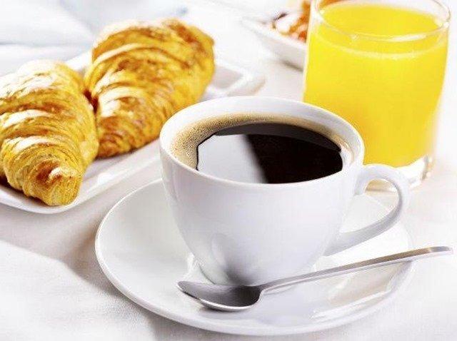Estómago vacío y beber café: riesgos para la salud