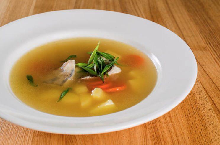 Cómo hacer un caldo de pescado canario