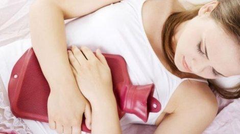 Dolor menstrual: cómo aliviarlo con una bolsita de agua caliente