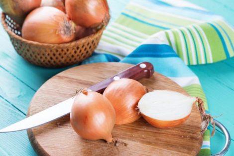 Colocar una cebolla junto a la cama del niño: remedio contra la mucosidad