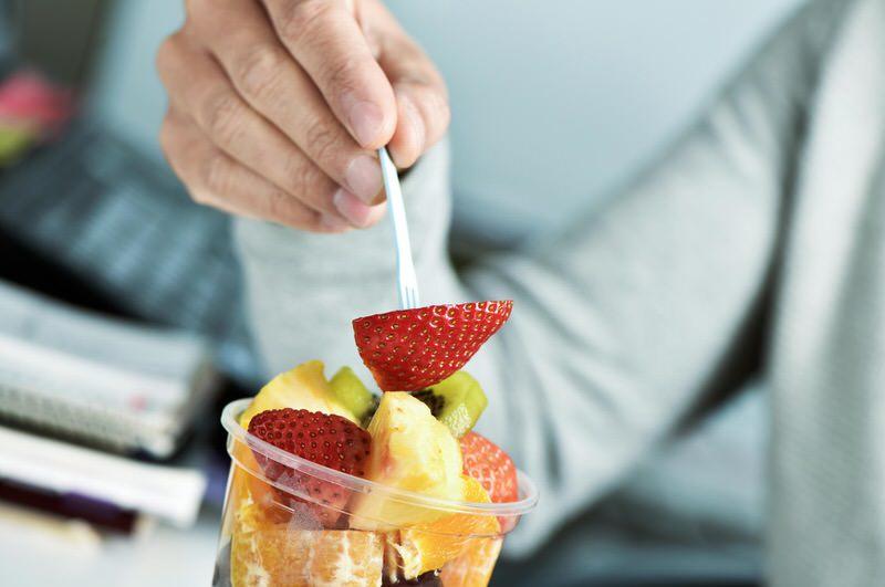 Comiendo fruta entre horas