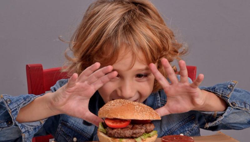 Comida basura y colesterol alto en niños