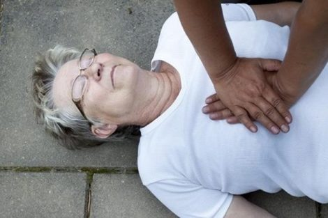 Cómo actuar si una persona está sufriendo un infarto (primeros auxilios)