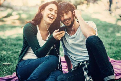 ¿Es adecuado compartir los auriculares o audífonos?