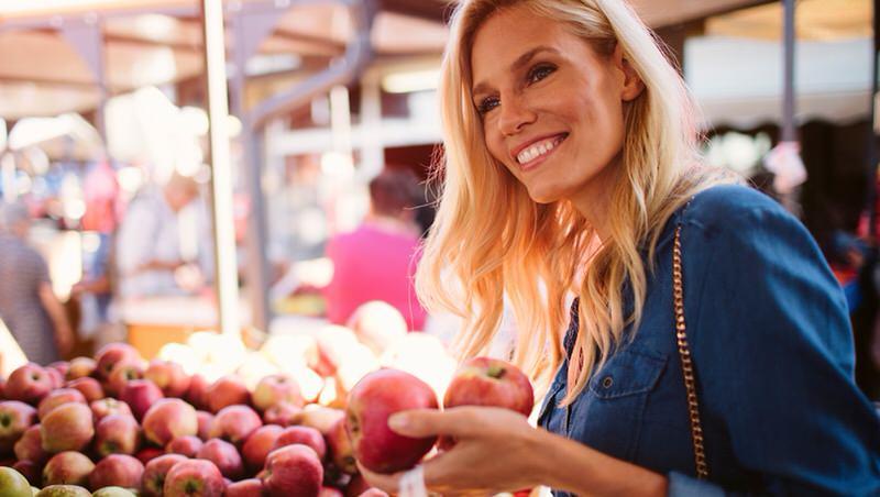 Comprando fruta en el supermercado