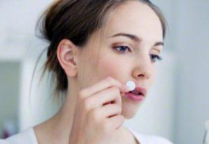 Cómo curar el herpes labial con tratamientos naturales