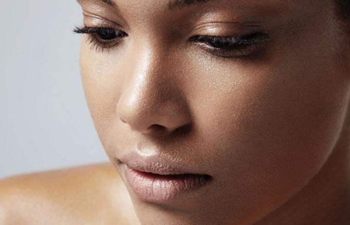 Cómo cuidar la piel grasa naturalmente