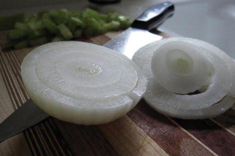Cómo cortar la cebolla sin que lloren los ojos