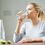 ¿El agua ayuda a bajar de peso? Mitos y realidades
