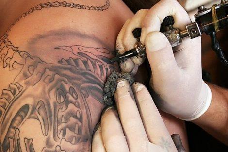 Cómo curar y cuidar la piel después de un tatuaje