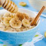 Desayuno nutritivo de avena, miel y leche de almendras