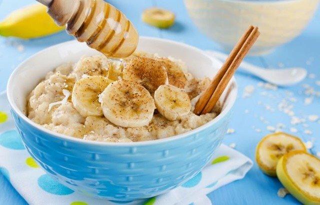 Desayuno lleno de beneficios con avena, miel y leche de almendras