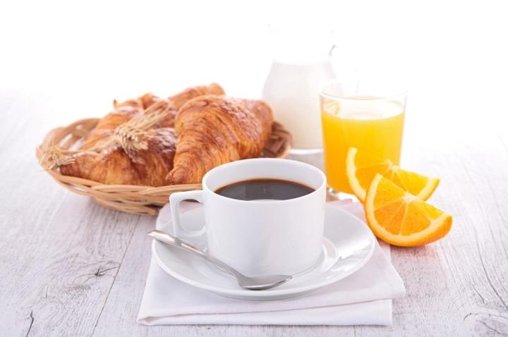 Desayuno con jugo de naranja