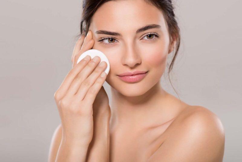 Desmaquillar la piel del rostro