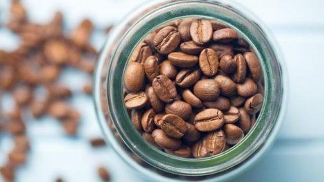 ¿Conservar el café en la nevera o fuera?