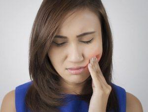 Consejos naturales y trucos para aliviar las encías sensibles
