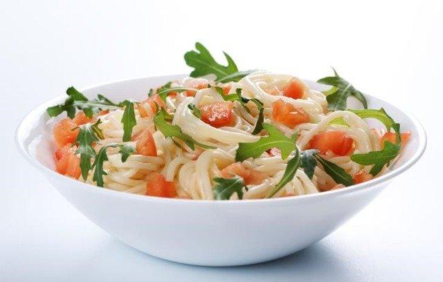 ensalada-espaguetis-huevos-codorniz
