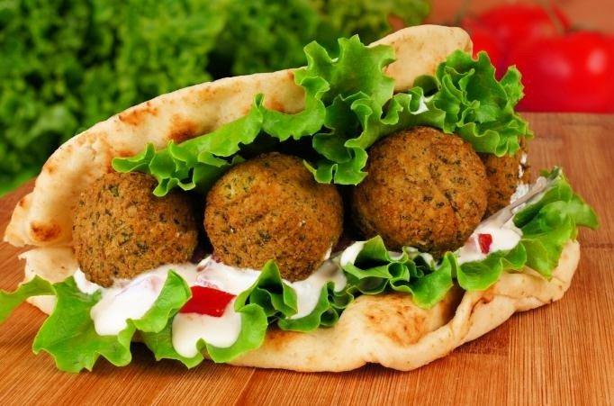 El falafel se acompaña habitualmente con pan de pita