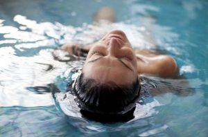 Qué es la hidroterapia, la terapia del agua llena de cualidades para la salud