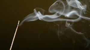 El humo del incienso es tan malo como el del cigarro