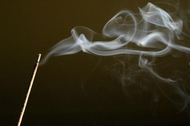 Alertan sobre el humo del incienso