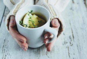 Infusión de tomillo, miel y limón para la tos y el catarro