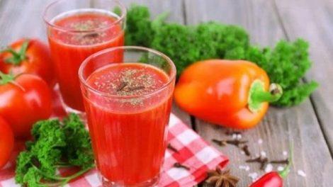 Jugo de tomate, pimiento rojo y aguacate