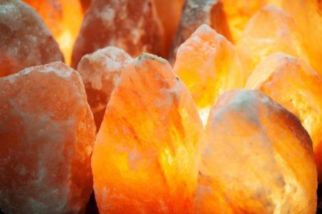 Lámparas de sal: qué son, beneficios y por qué debes tener cerca una