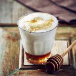 Leche caliente con miel para calmar el dolor de garganta