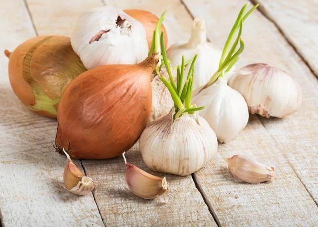 Cómo reducir el mal aliento del ajo y la cebolla