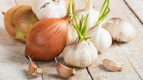Consejos naturales para eliminar la halitosis causada por la cebolla o el ajo