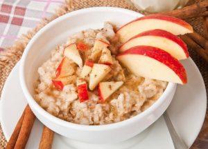 Manzanas con avena al horno: una merienda diferente