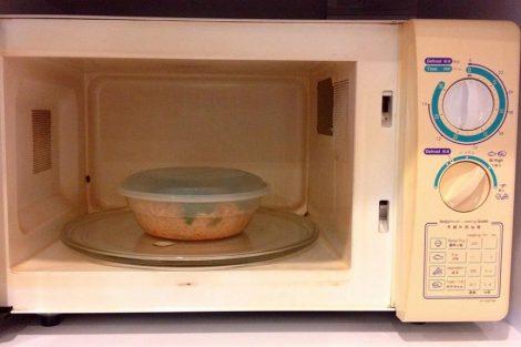 Cómo quitar los olores del microondas fácilmente